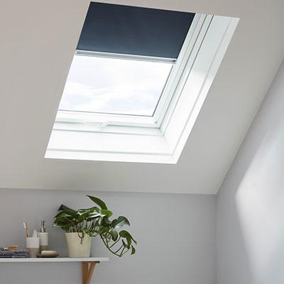 Store occultant bleu pour fenêtre de toit H.98 X L.78 CM – SITE