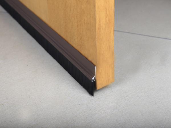 bas de porte en pvc adh sif marron avec brosse l 1 m brico d p t. Black Bedroom Furniture Sets. Home Design Ideas
